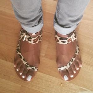 sandales léopard pédicure vernis blanc