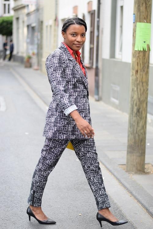 Tailleur pantalon imprimé graphique chaussures pointues