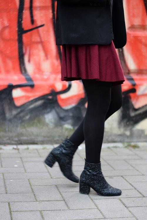 bloody girly porter une jupe patineuse bordeaux au bureau. Black Bedroom Furniture Sets. Home Design Ideas