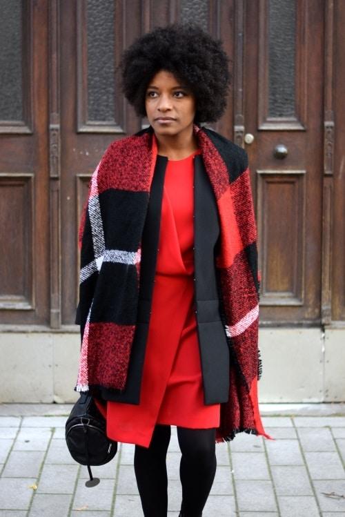 écharpe en laine jetée sur les épaules
