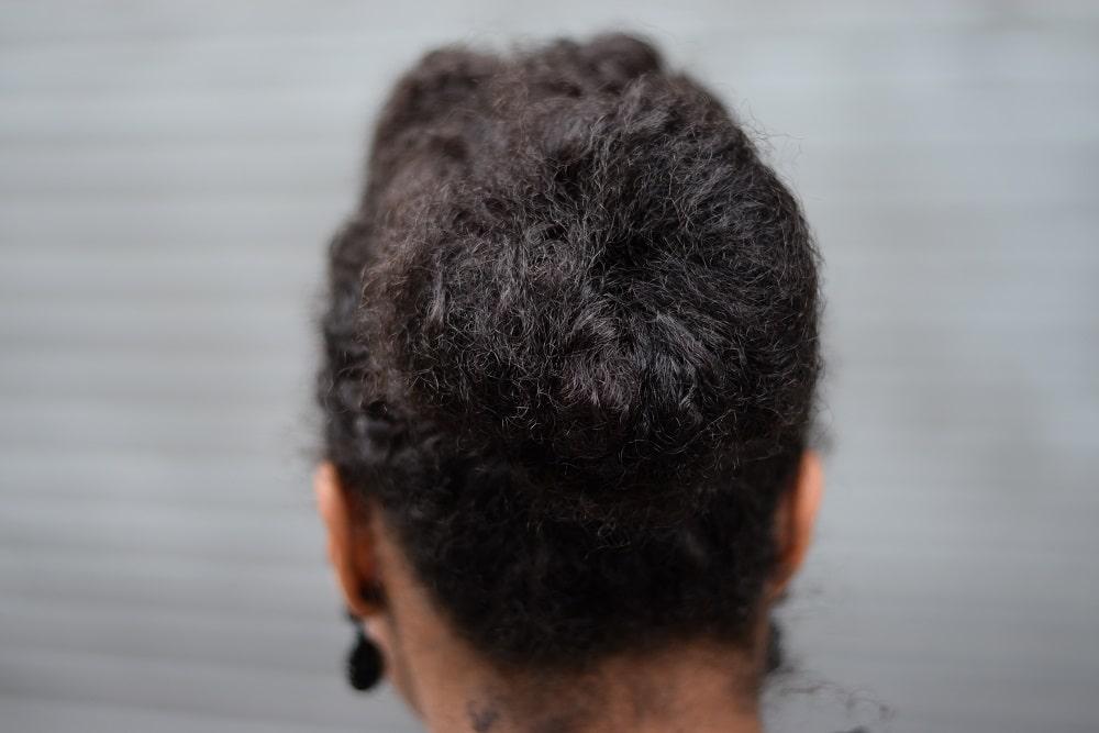 chignon cheveux afro coiffure idéale décolleté dos