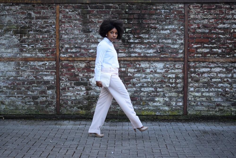pantalon-large-rose-pastel-chemise blanche courte