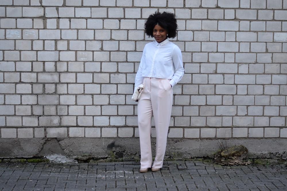 pantalon large-rose-pastel-chemise blanche courte poche