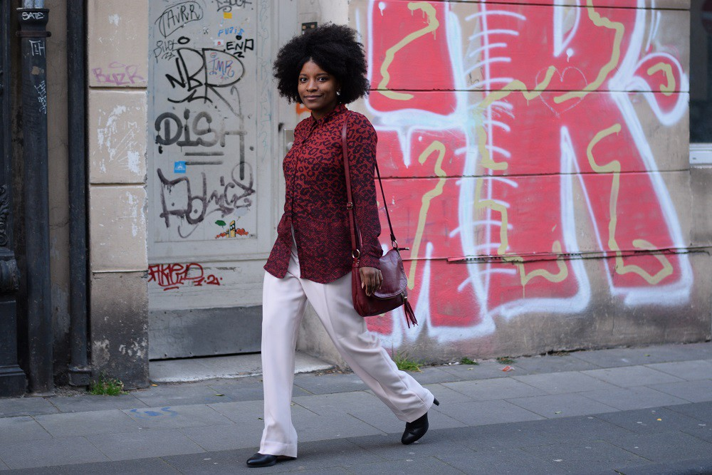 pantalon-large-rose-pastel-chemise-rouge