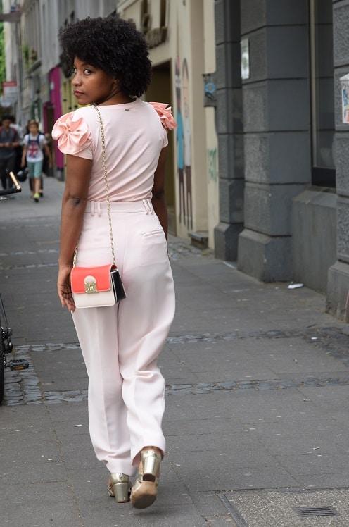 Porter un pantalon large rose pastel au bureau deadlines for A porter du regard synonyme