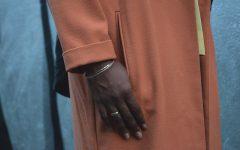 manteau orange bracelet doré détail poche