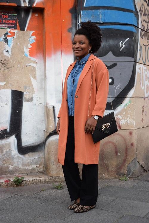 manteau orange chemise en jean slippers léopard