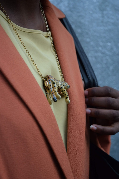 manteau orange collier léopard