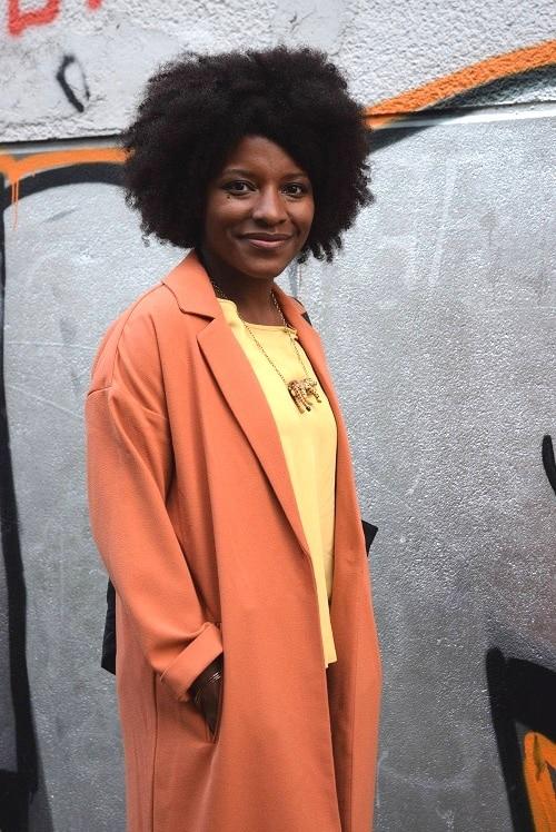 manteau orange entreouvert collier léopard top jaune