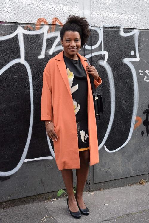 manteau orange robe noire à fleurs jaunes