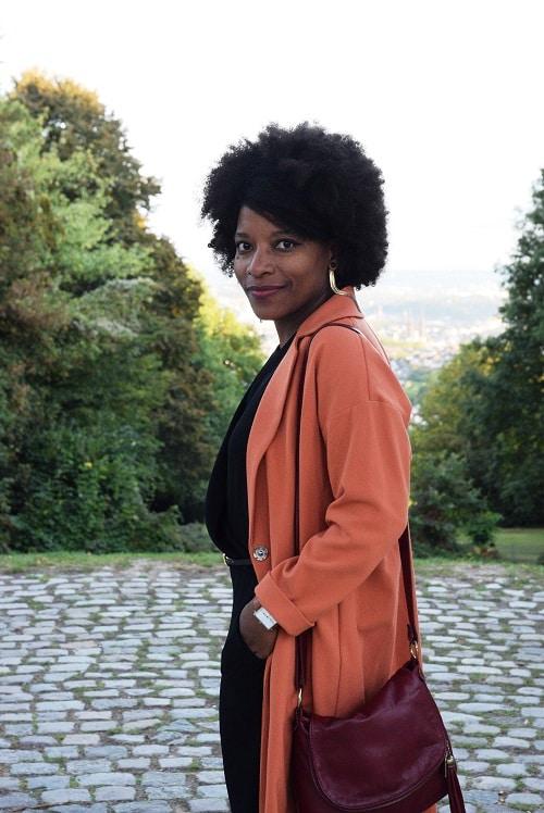 afro-boucles-doreilles-dorees-manteau-orange-sourire