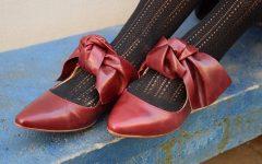 ballerines-rouges-chaussures-plates-bordeaux-bureau-gros-plan