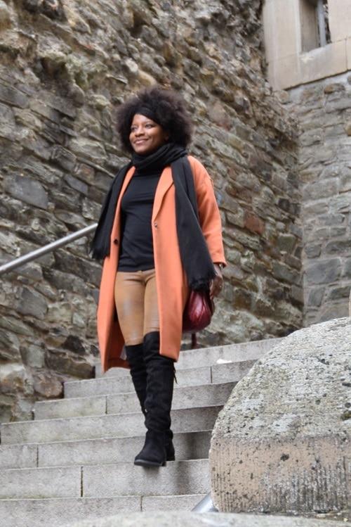 cuissardes-daim-noir-legging-daim-beige-manteau-orange-ouvert