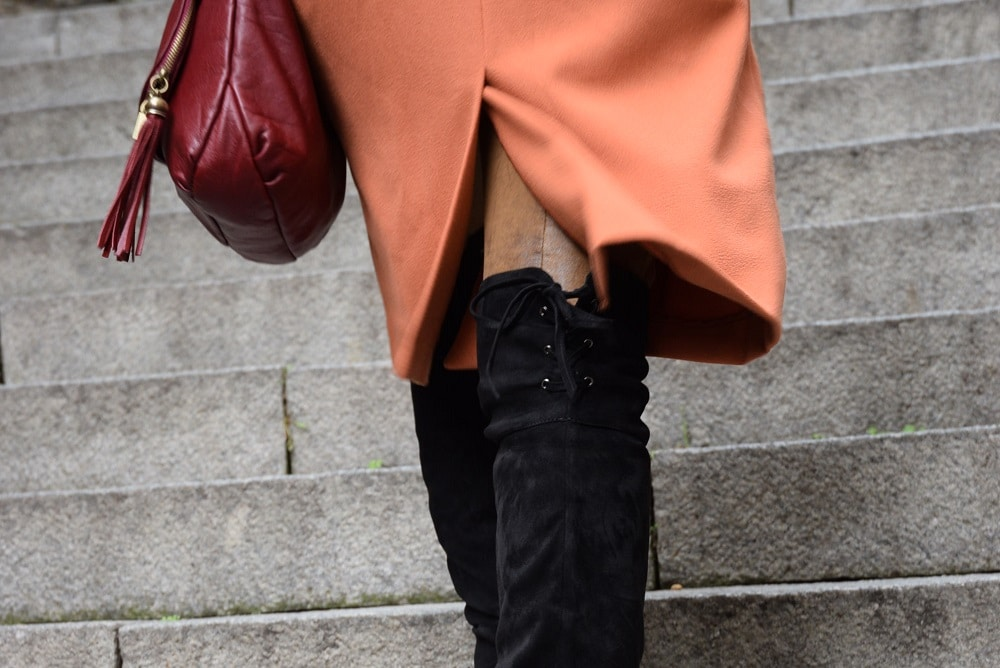 cuissardes-en-daim-noir-manteau-orange-gros-plan