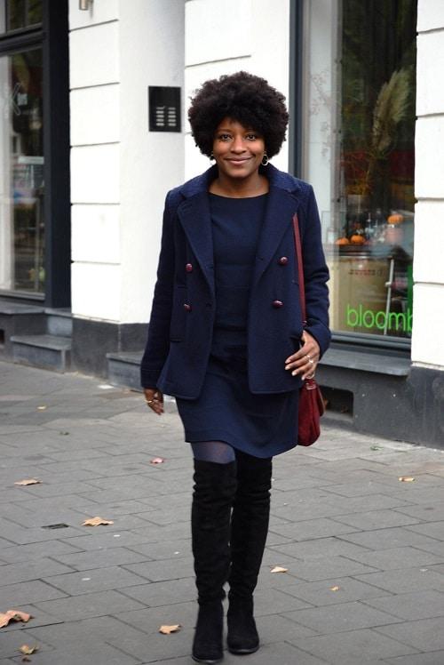 cuissardes-en-daim-noires-au-bureau-tenue-complete-robe-et-caban-bleu-marine