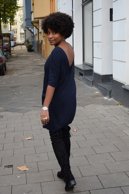 cuissardes-et-robe-bleu-marine-en-v-dans-le-dos