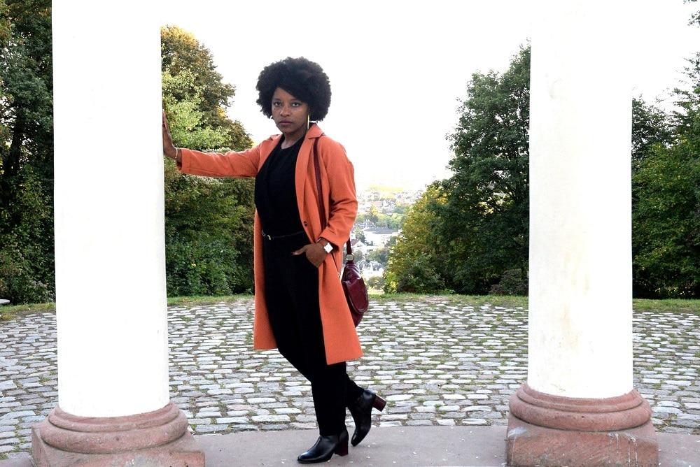manteau,orange,combinaison,noire,bottines,talon,carre