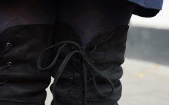 porter-des-cuissardes-en-daim-noires-au-bureau