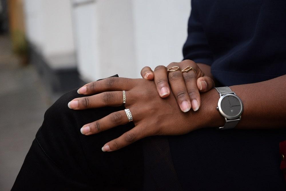 serie-de-bagues-et-montre-bijoux-decents-pour-tenue-de-bureau