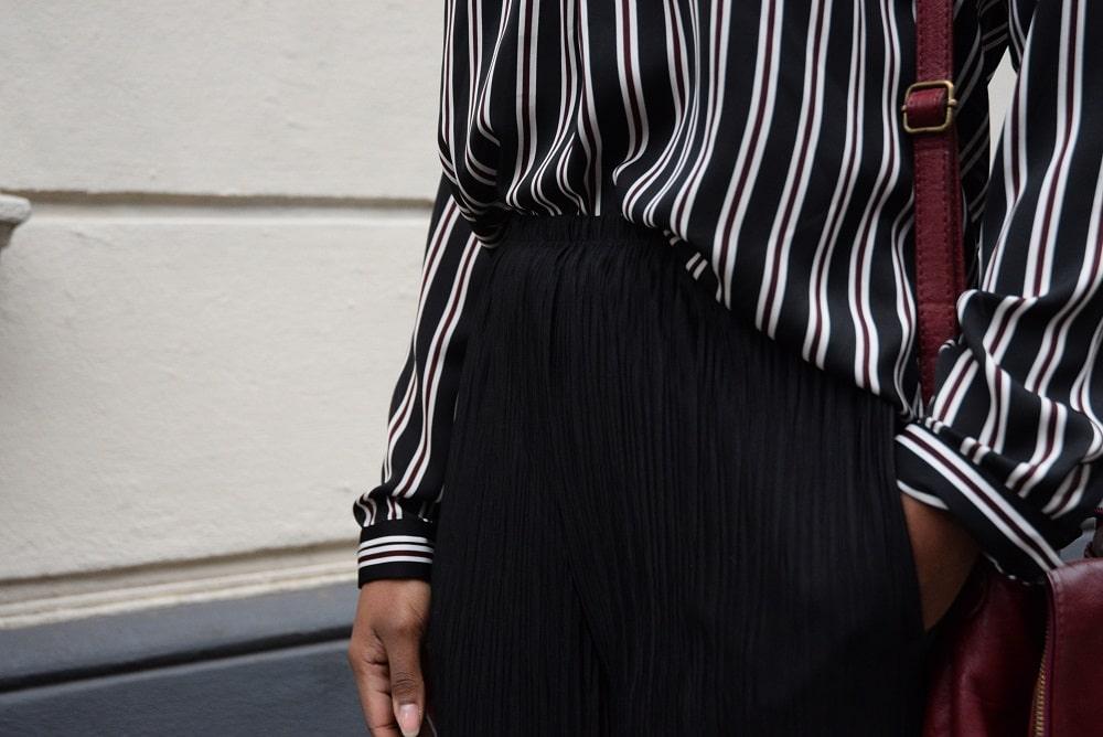 details-chemise-rayee-pantalon plissé sac bordeaux