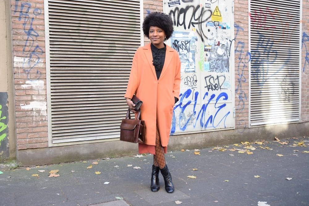 jupe-crayon-fendue-devant-long-manteau-creoles-dorees
