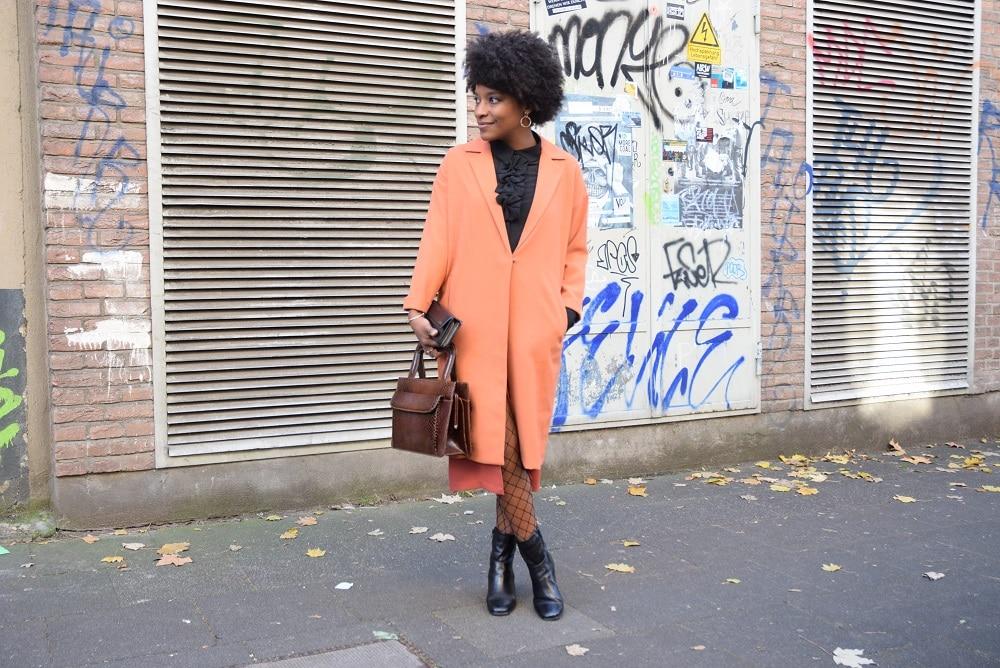 jupe-crayon-fendue-devant-long-manteau