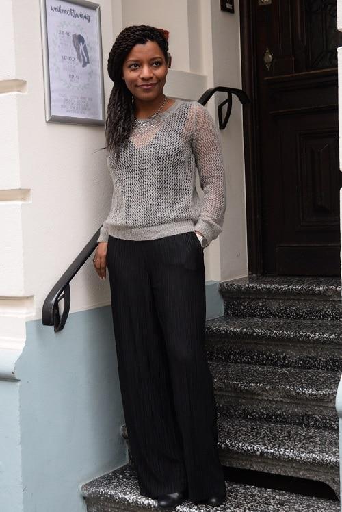 pull ajouré gris pantalon plissé large noir
