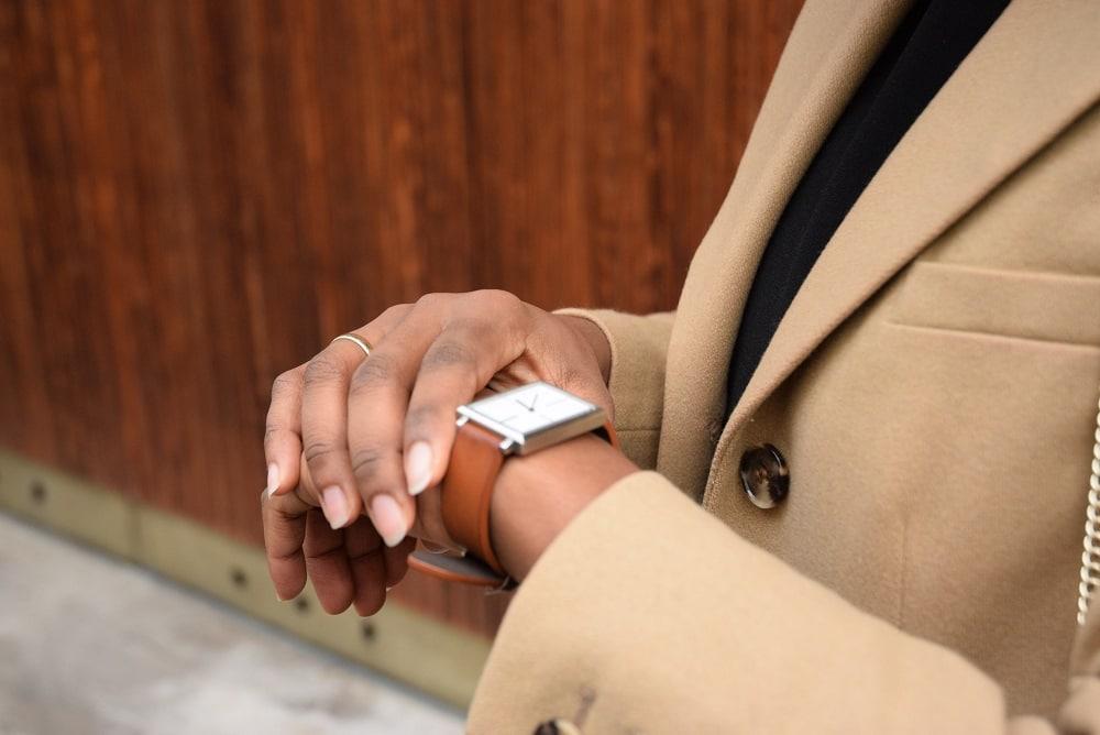 montre et manteau masculins