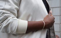 bomber au bureau détail bracelet doré