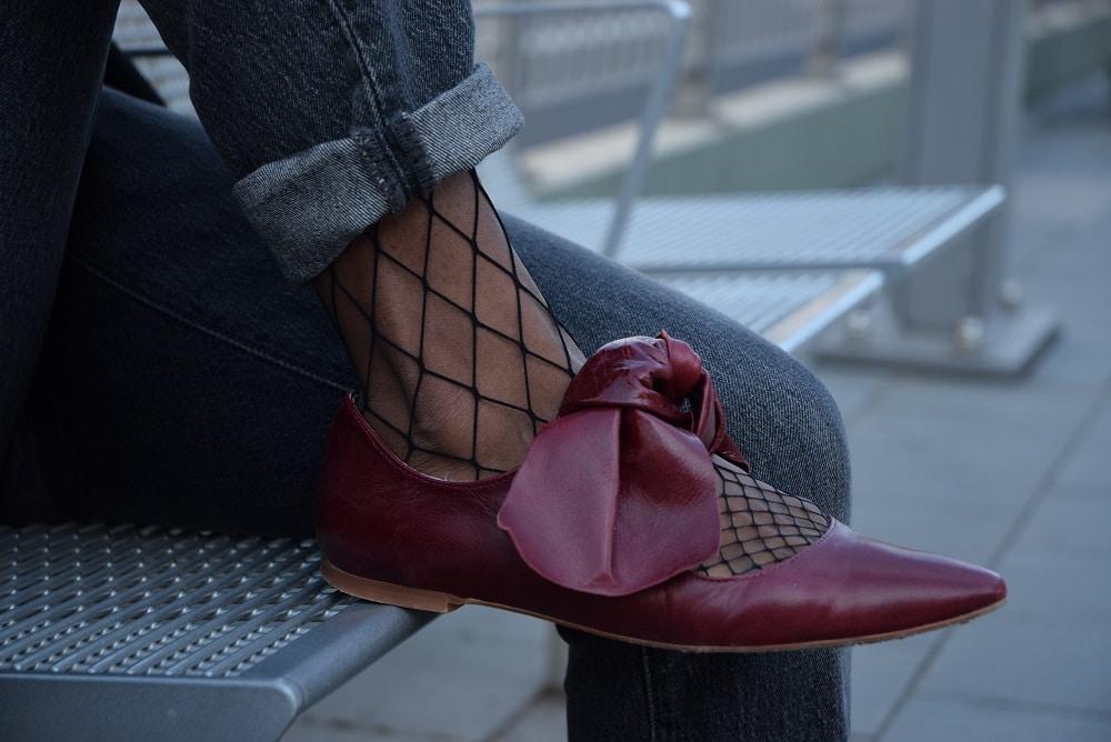 détails jean mom ballerine rouge en cuir a noeud