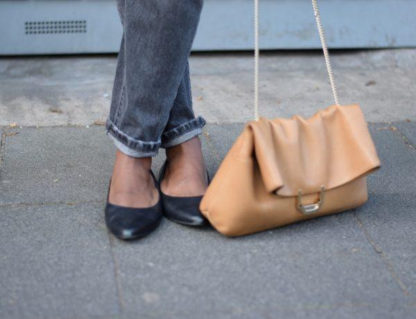 jean mom retroussé chaussures et sac en cuir