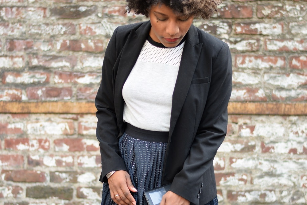 Porter un look sport chic en jupe plissée au bureau deadlines
