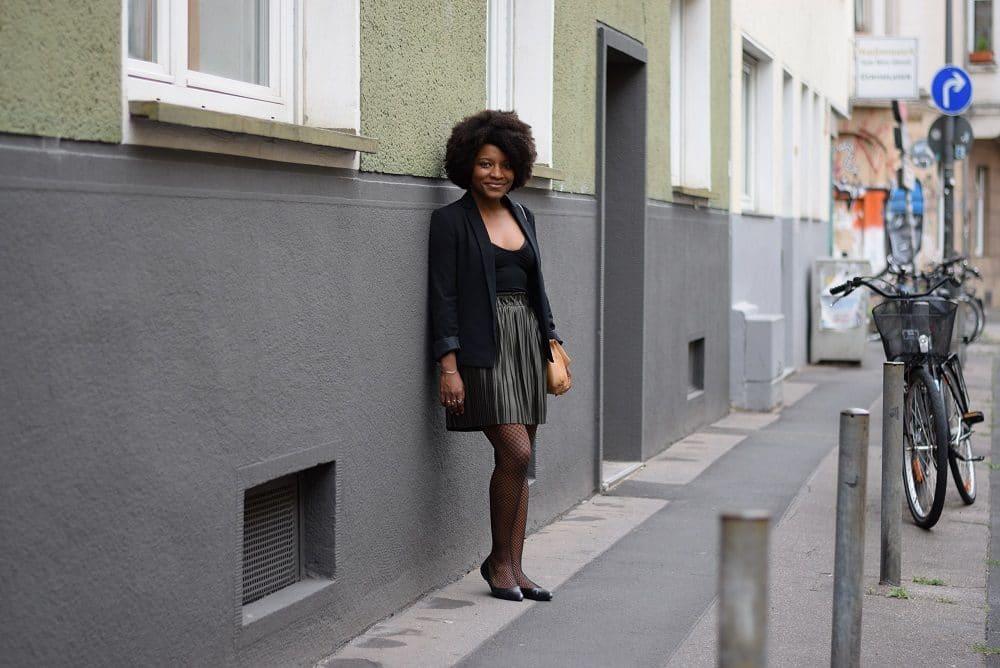 Porter une jupe plissée courte irisée au bureau deadlines dresses