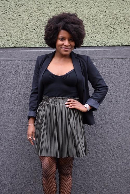 jupe plissée brillante courte blazer noir
