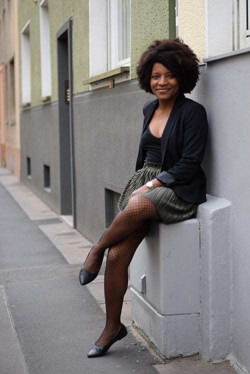 jupe plissée collant résille assise