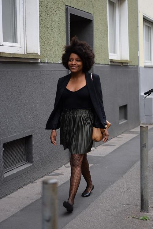 jupe plissée collant résille blazer noir