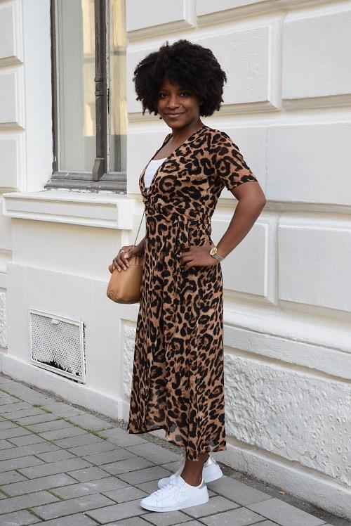 robe leopard de profil