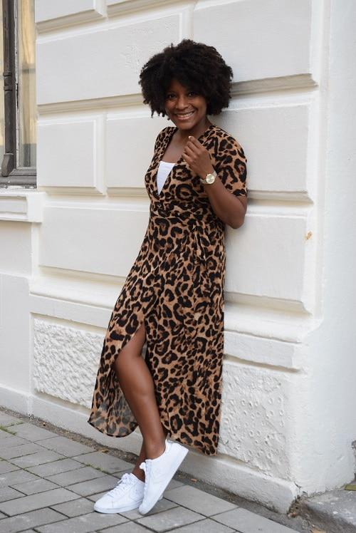 robe portefeuille leopard adossée mur