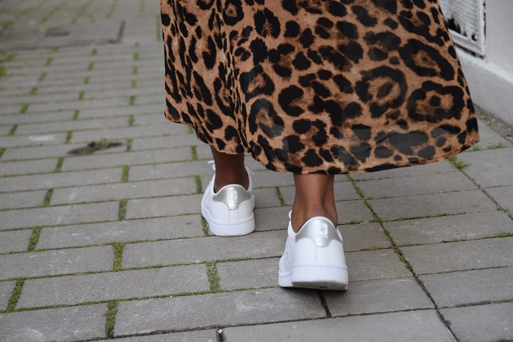 robe portefeuille leopard baskets blanches