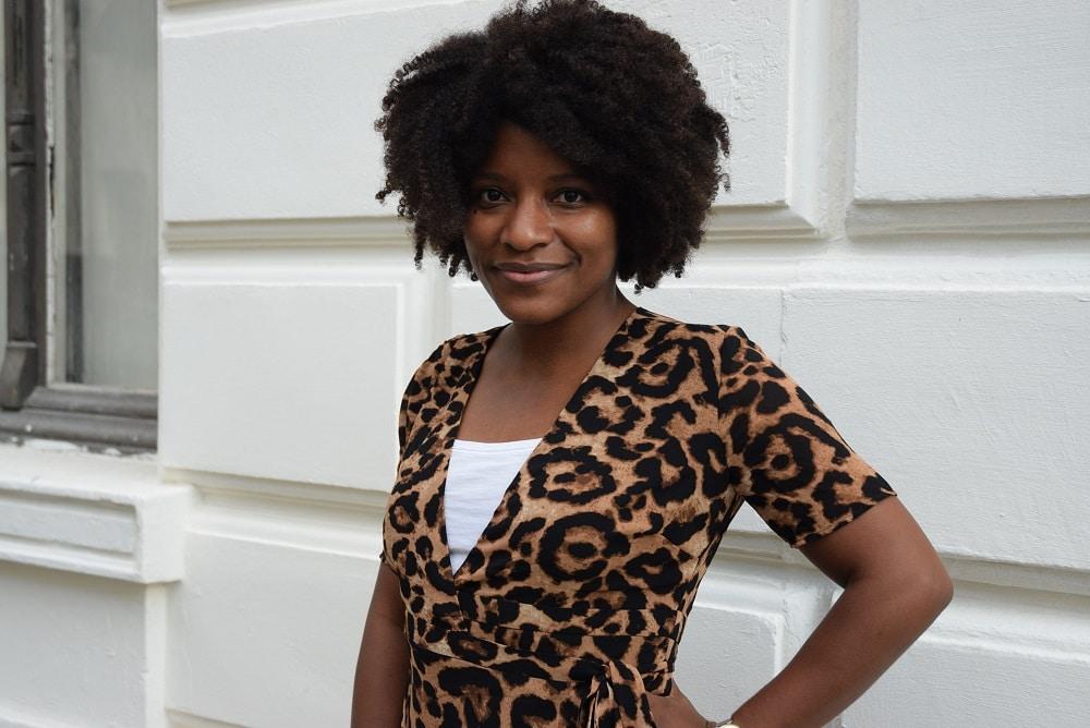 robe portefeuille leopard top blanc portrait