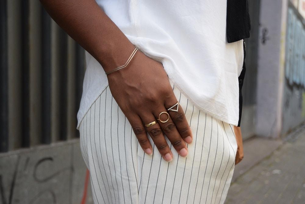 détails pantalon blanc cassé bijoux dorés