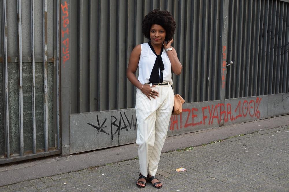 détails tenue all white avec pantalon rayé