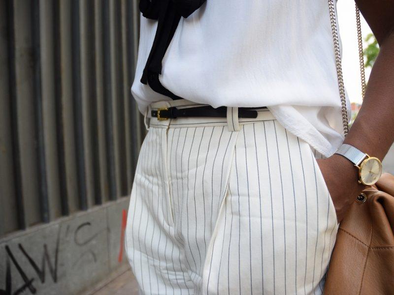 détail ceinture fine et sac beige
