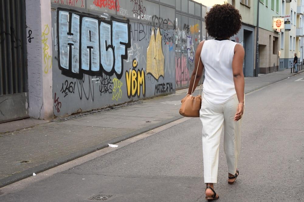 look all white pantalon rayé bblanc cassé de dos