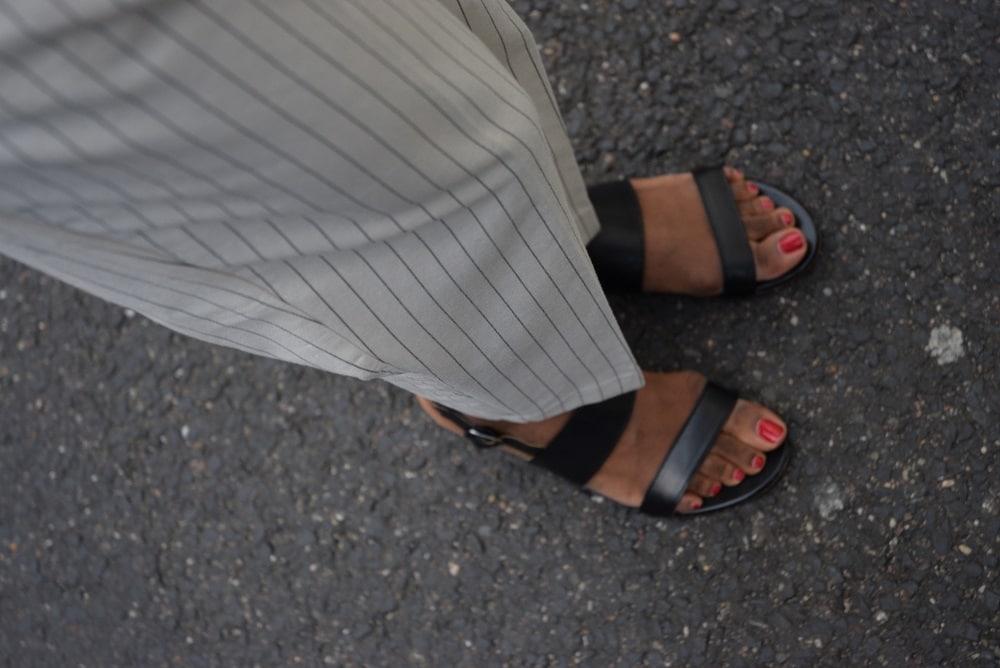 sandales au bureau bobbies classiques noires ongles vernis rouge pantalon rayé