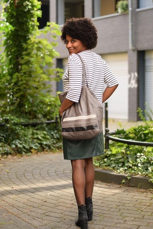 jupe droite cuir verte pull rayé gris