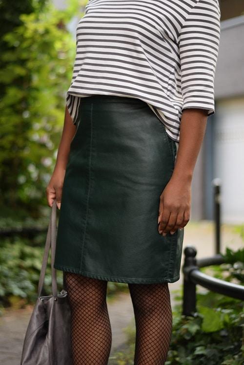 jupe droite en cuir détails du look