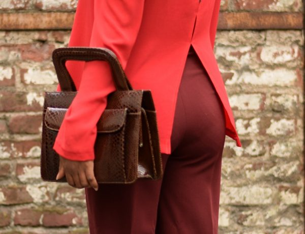 porter le total look rouge au bureau