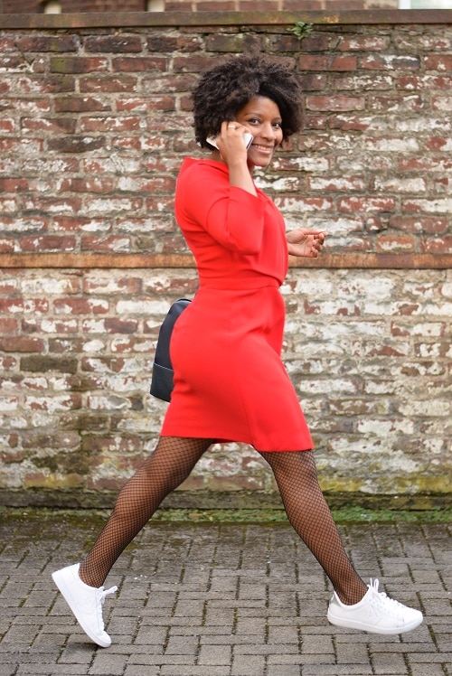 robe rouge tenue de bureau sportive baskets blanches
