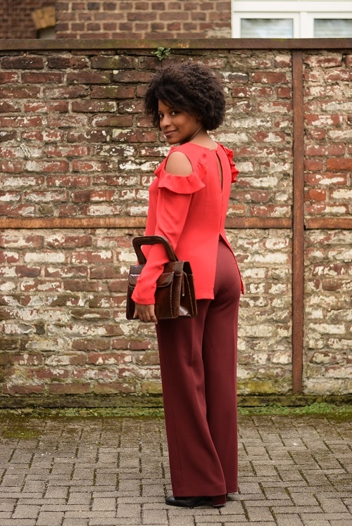 total look rouge pantalon large bordeaux de dos